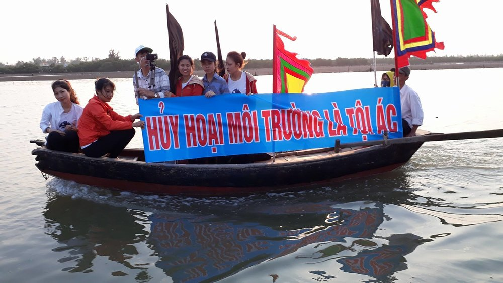 "Protests on the waters with a banner saying ""Destroying the environment is a crime"". (Photo: Facebook/Cọt's Hiếu)"