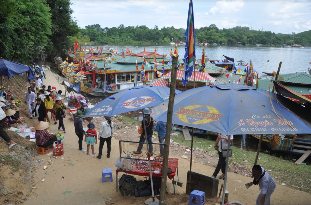 The festival scene at Điện Hòn Chén in Huế. (Photo: Loa/Jenny Lý)