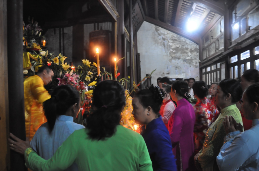 Temple delegation visits and honor a Mother Goddess temple. (Photo: Loa/Jenny Lý)