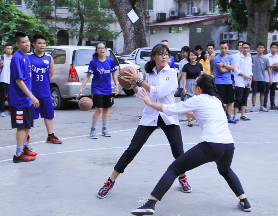 The Saigon Heat make a school day visit to Trường THPT Nguyễn Du, a local highschool in Sài Gòn. (Photo courtesy:  Henry Nguyễn )