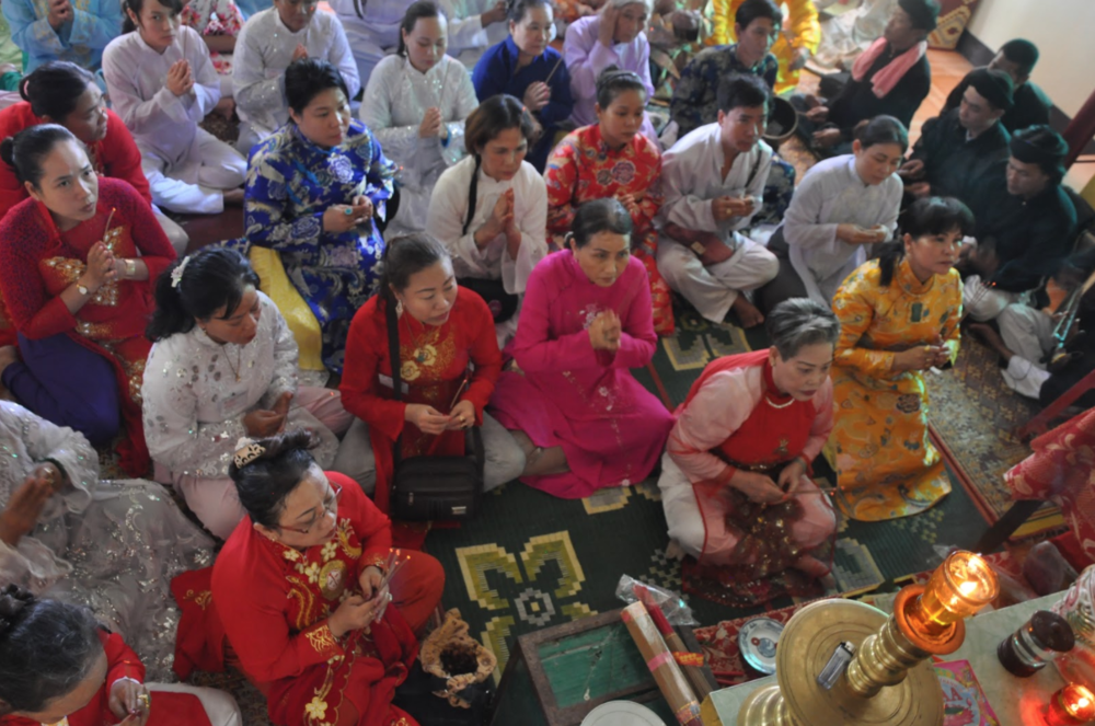 Temple delegation worship at a temple in Huế during the Điện Hòn Chén festival in August. (Photo: Loa/Jenny Lý)