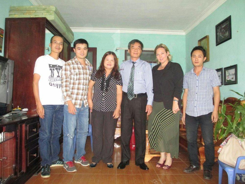 From left to right, member of Vietnam Pathway, Thủy Nguyễn, Nguyễn Thị Nga, Nguyễn Xuăn Nghĩa, Jenifer L Neidhart de Ortiz, member of Vietnam Pathway (Photo: T  hủy Nguyễn)