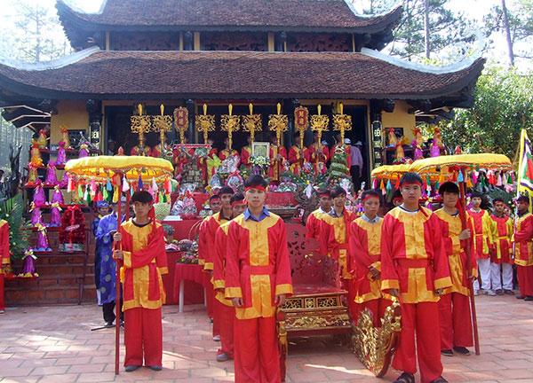 Vietnamese people perform ritual for Hùng Vương at Âu Lạc Temple in 2016 (Photo: http://baolamdong.vn/vhnt/201604/le-hoi-gio-to-hung-vuong-2016-se-dien-ra-tai-den-tho-au-lac-kdl-thac-prenn-2681646 )