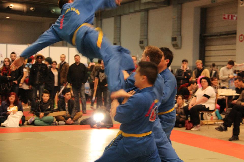 Flying leg attack take-down technique (đòn chân tấn công). (Photo: Vovinam Blegny)