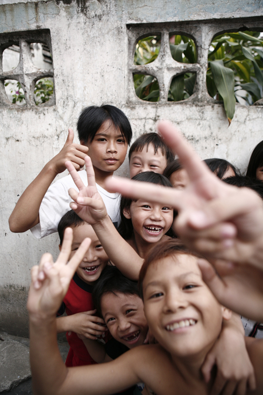 Children in Sài Gòn have fun with the camera. (Photo: Michael Rehfelt. CC BY 2.0)
