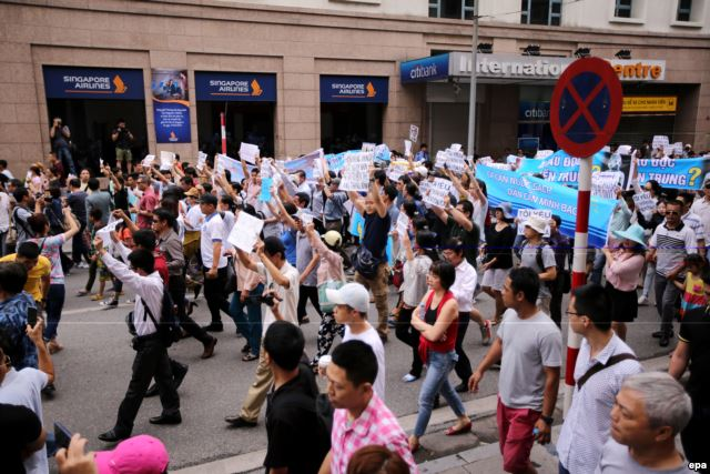 Protesters march down the streets of Việt Nam's capital, Hà Nội. (Photo: VOA News)