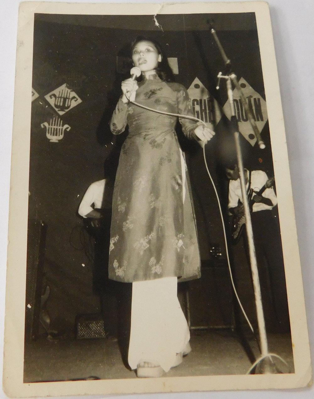 Lan performs in the Bách Hóa market music troupe. (Photo: Loa/Quyên Ngô)