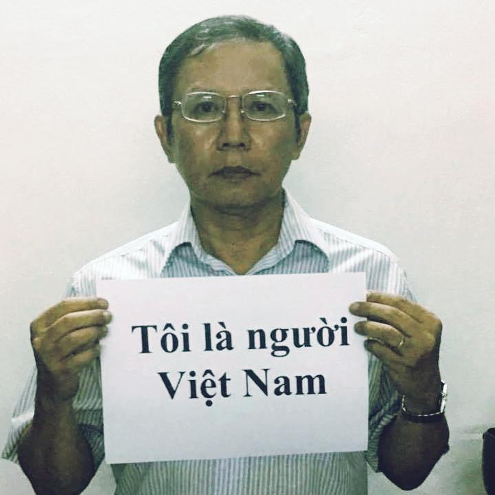 """Phạm Minh Hoàng with a sign declaring """"I am Vietnamese."""" (Photo: Facebook/Phạm Minh Hoàng)"""