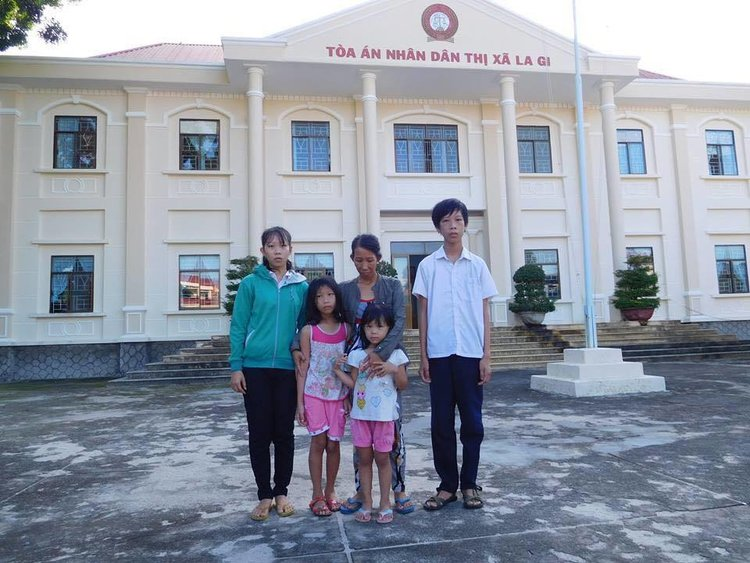 Trần Thị Loan and her four children standing outside the People's Court of La Gi Commune.  (Photo Courtesy: Võ An Đôn)