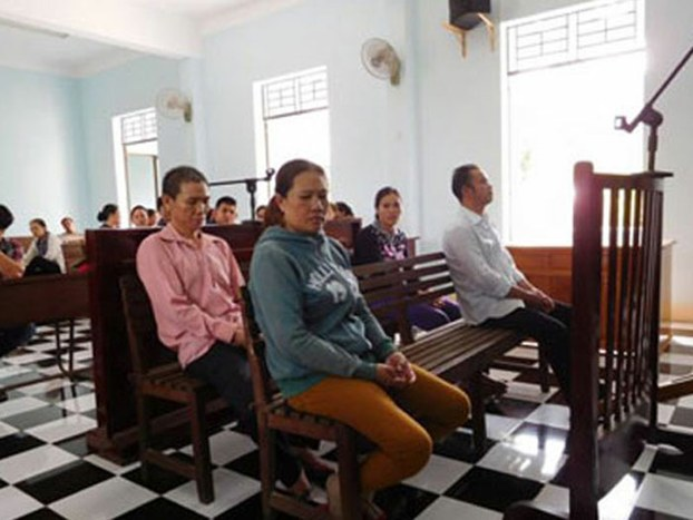 Trân Thị Lụa (center), facing trial for trying to flee Việt Nam by boat, in court, Sept. 1, 2016. (Photo: RFA)
