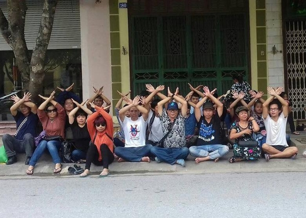 Activists sit-in outside the Hà Nam People's Court. (Photo: Facebook/Nguyễn Thuý Hạnh