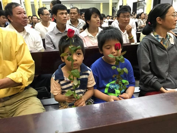 Trần Thị Nga's children at a mass vigil the weekend before the trial. (Photo: Facebook/Thao Teresa)
