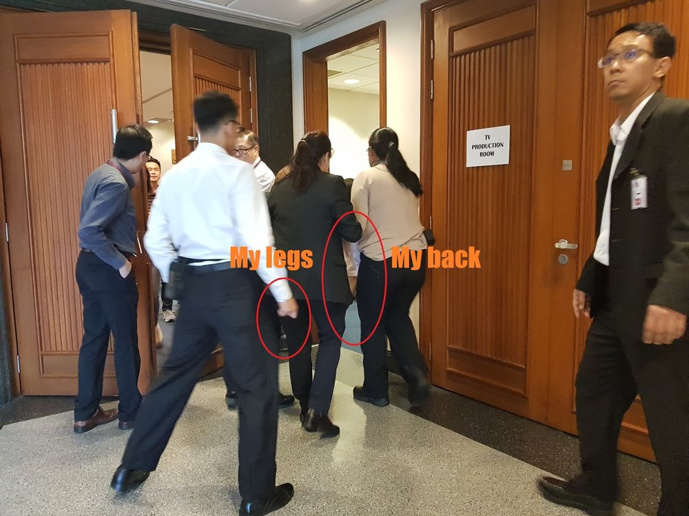 Three officers carrying Han Hui Hui out of the public hearing. Han Hui Hui's  Blog .