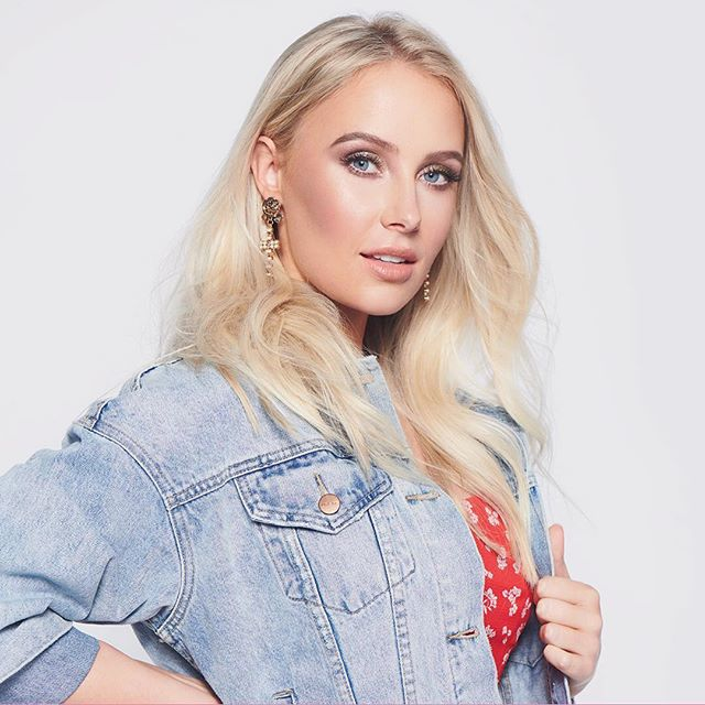In today's  @stmperth ・・・ We're excited to share our interview with Perth's own beauty queen @lozcurtis - who has an online following bigger than NZ's entire population! The beauty blogger reveals a surprising secret ahead of her first ever hometown appearance @lakesidejoondalup on Saturday. (You'd never guess!) #internetcelebrity #ljspringfest  Story: @annakirstenc  Photography: @stefkingphoto
