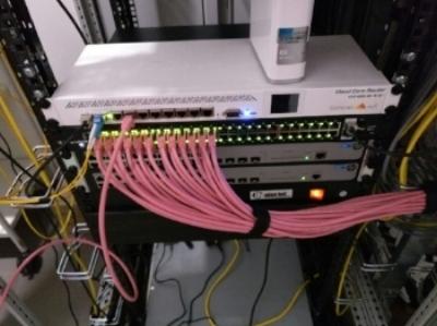 Mooie roze netwerkkabels, daar word ik blij van :-)