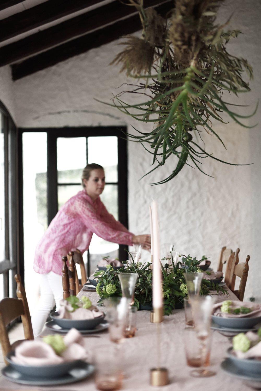 Veronica Charlott förbereder middagsbordet. Andalusian Spring Gathering, 2018