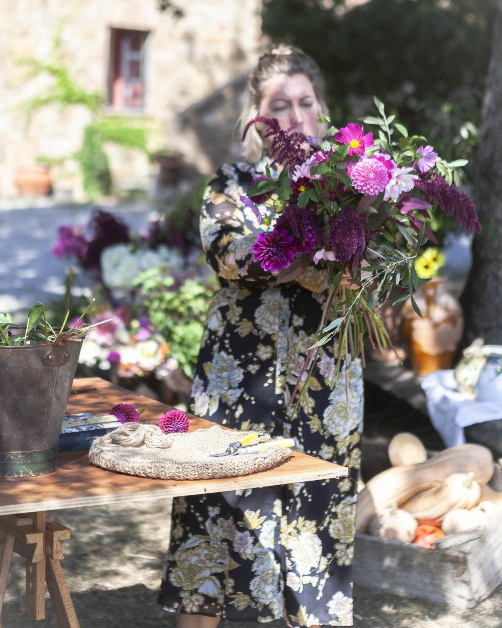 Linda Hansson, @arstidensbasta, skapar blomsterkreationer i Toscana 2018.
