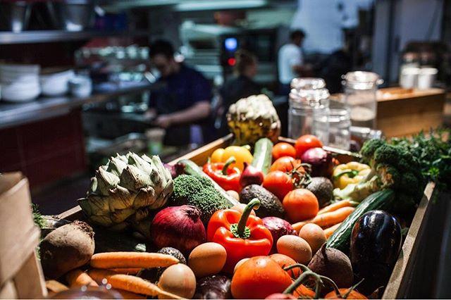Jeden Tag frisch und lecker: unser Salat Market! #factoryberlin #factorykitchen #veggie #salatbar