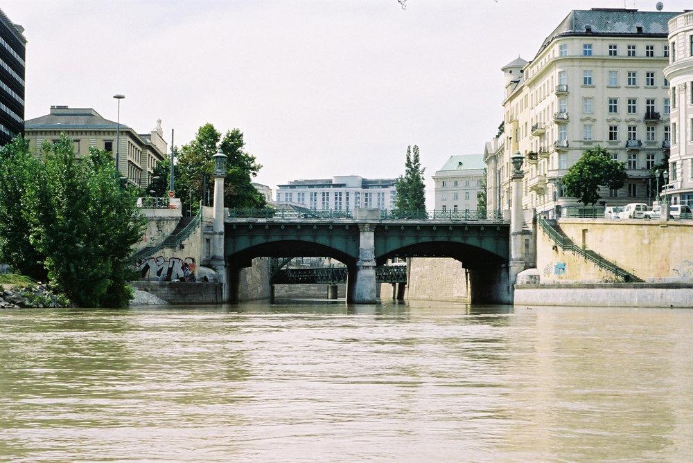 gaupenraub_schwimmbruecke-wienfluss-donaukanal-04_einblick wienfluss.jpg