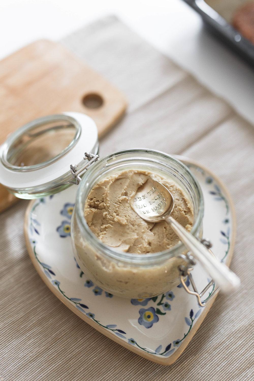 Making vanilla cashew nut butter