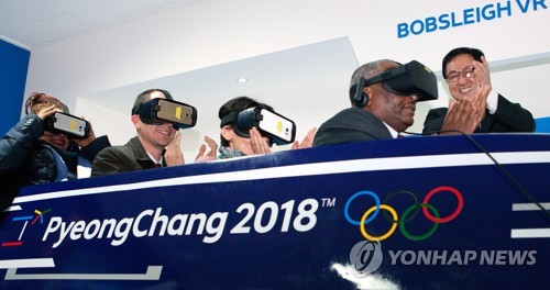 Besucher des ICT Center in Pyeong Chang bei einer Demonstration eines VR Simulators. Photocredit: Yonhap