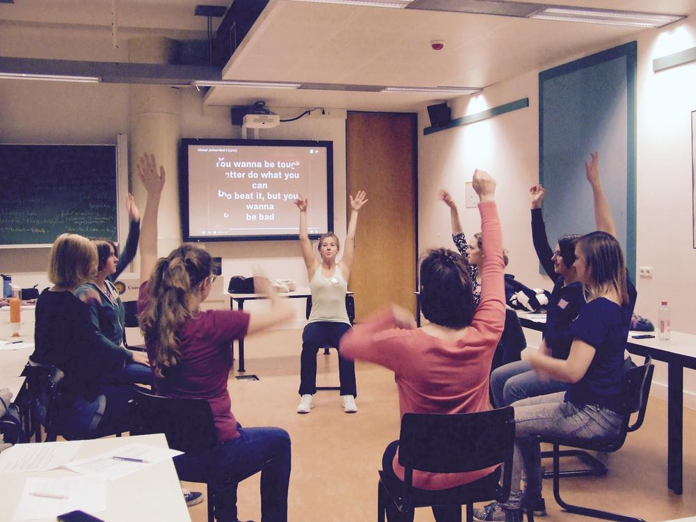 University College Utrecht - 11 november 2016 -Wist je dat studenten en jongeren het langst zitten van iedereen? Daarom gingen wij met studenten van University College Utrecht de uitdaging aan ze meer te laten bewegen aan de hand van onze training met pijler Ontspanning.Want een goede doorbloeding verbetert ook cognitieve prestaties!