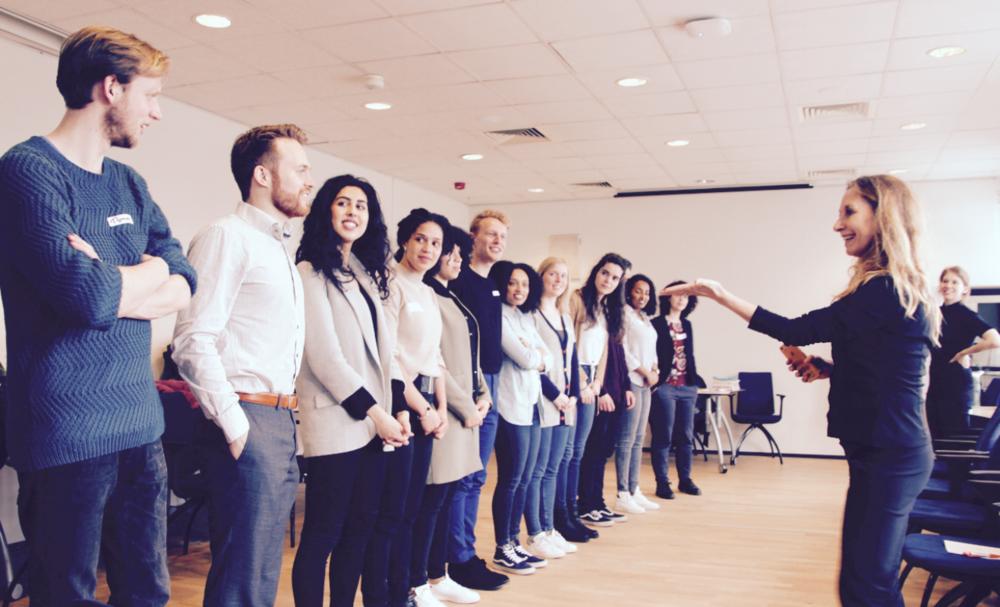 Gemeente Rotterdam - Voorjaar 2018 - Voor de creatieve Young Professionals in Rotterdam hebben wij de Social Impact training ontwikkeld. We stimuleren hun lichaamsbewustzijn en werken aan thema's als inclusiviteit, non-verbale communicatie en zelfexpressie. Het allerleukste? We zijn de hele tijd in beweging!