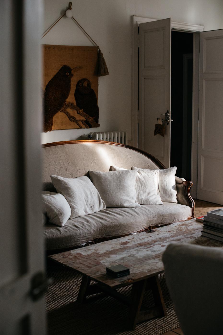 La luce gioca un ruolo importante e rende piacevole e diversi gli interni ad ogni ora che passa