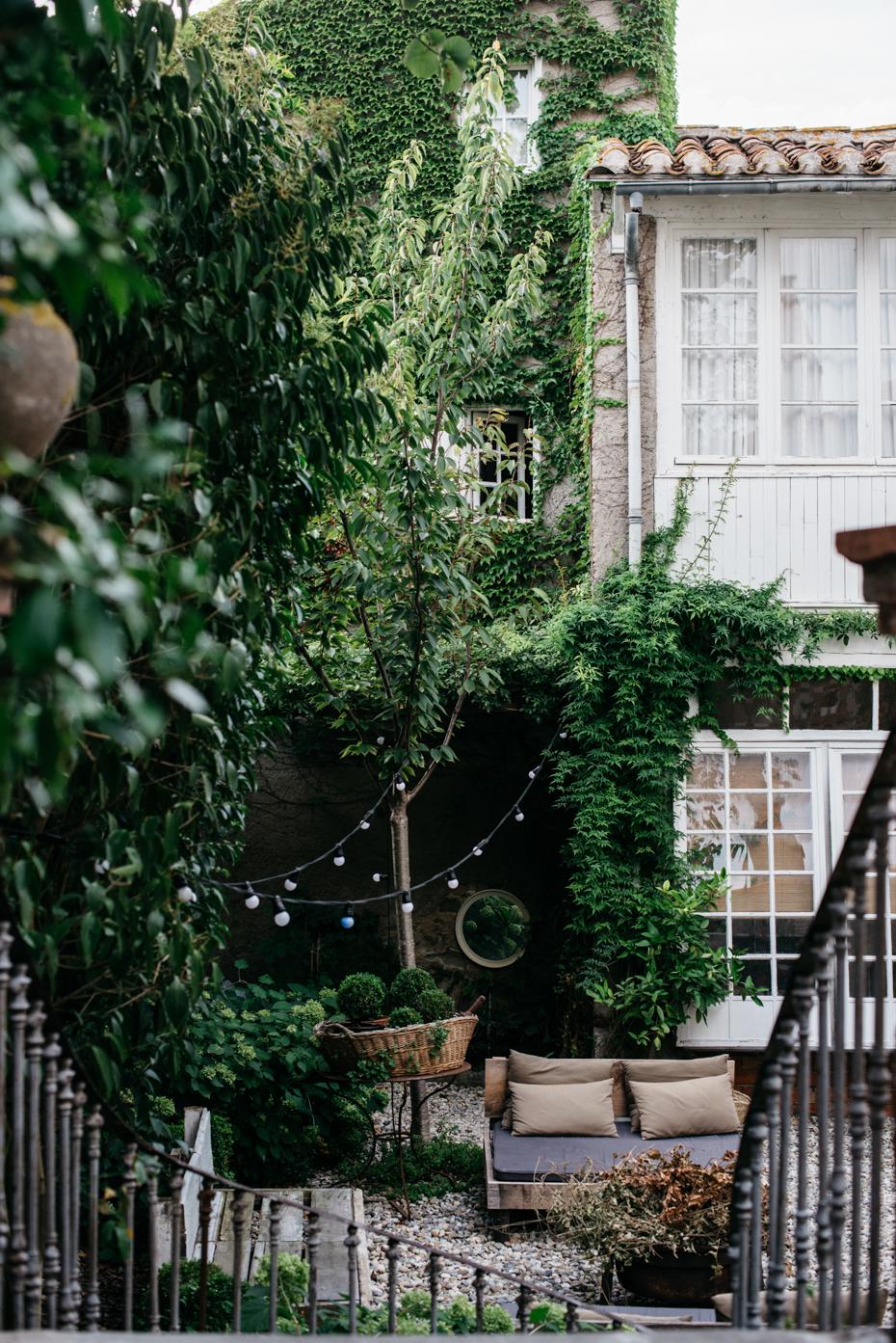 lucine che attraversano il giardino e donano aria di festa al giardino.