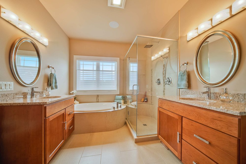 - An efficient layout with curvy design flair: the air tub surround s-curves into the shower as a bench seat. Round mirrors continue the theme.