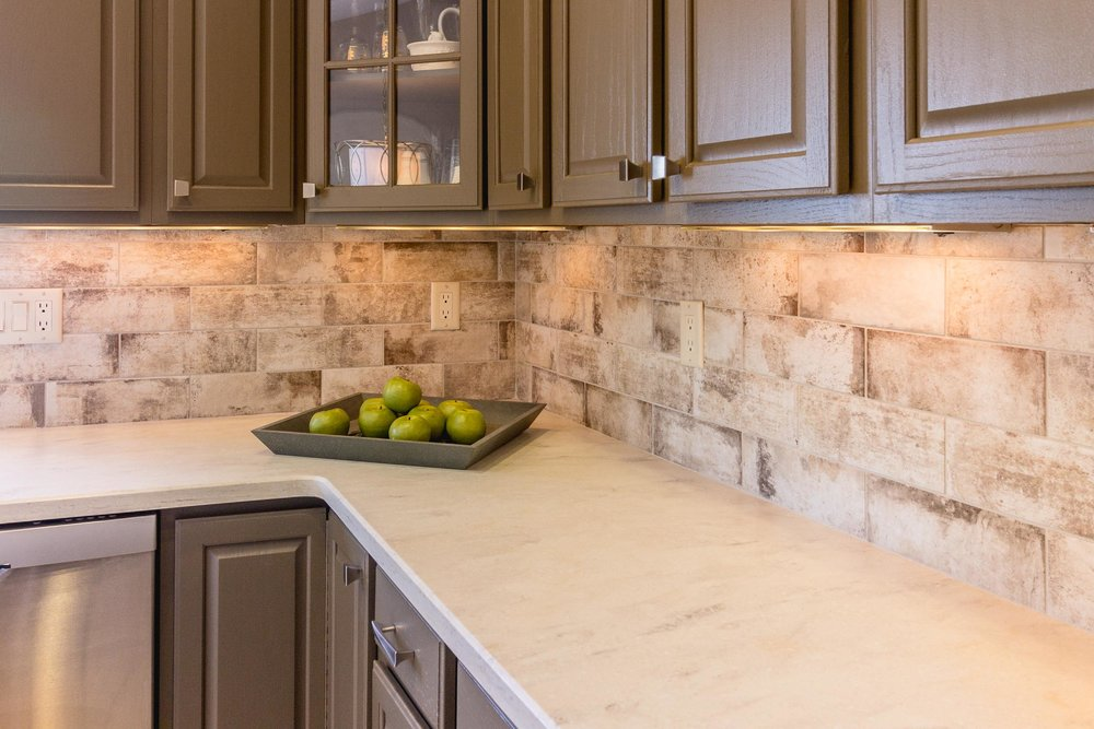 Corian Clamshell Countertop with Cantina Bianco Backsplash Tile