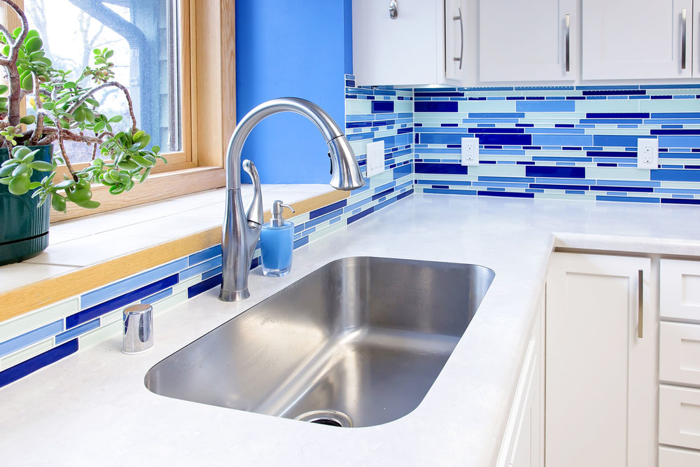 - A single basin kitchen sink allows easy washing of large items.