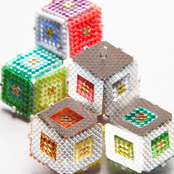 PILARRESTREPO_0002_JAR-252 aretes 9 rombos de 8 lineas tejidos en miyukis con efecto 3 dimensiones.jpg