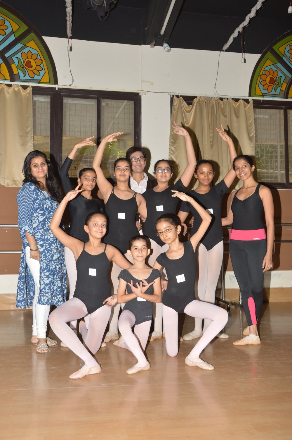 In Mumbai last January, Osias Barroso posed with Rhythmus Happy Feet co-founders and co-artistic directors Swara Patel (in blue) and Deepika Ravindran (with red sash) and students, including Krisha Shah and Eesha Karnani.