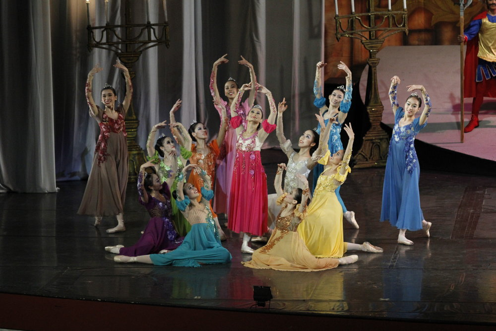 Aside from choreographing  Labingdalawang Masasayang Prinsesa,  Lisa Macuja-Elizalde (standing, center) also danced as one of the princesses. Photo by Ocs Alvarez