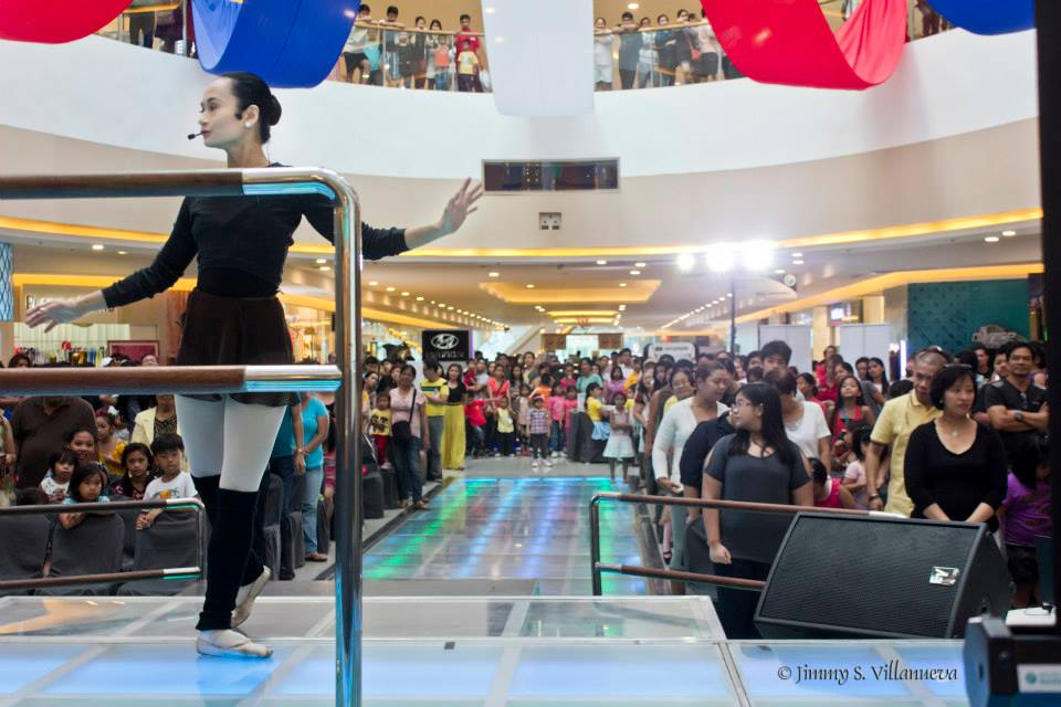 With another branch now open in Fisher Mall, Quezon City, Lisa has expanded the reach of the Ballet Manila School. Here, she conducts a ballet demonstration before a free show at the said mall.
