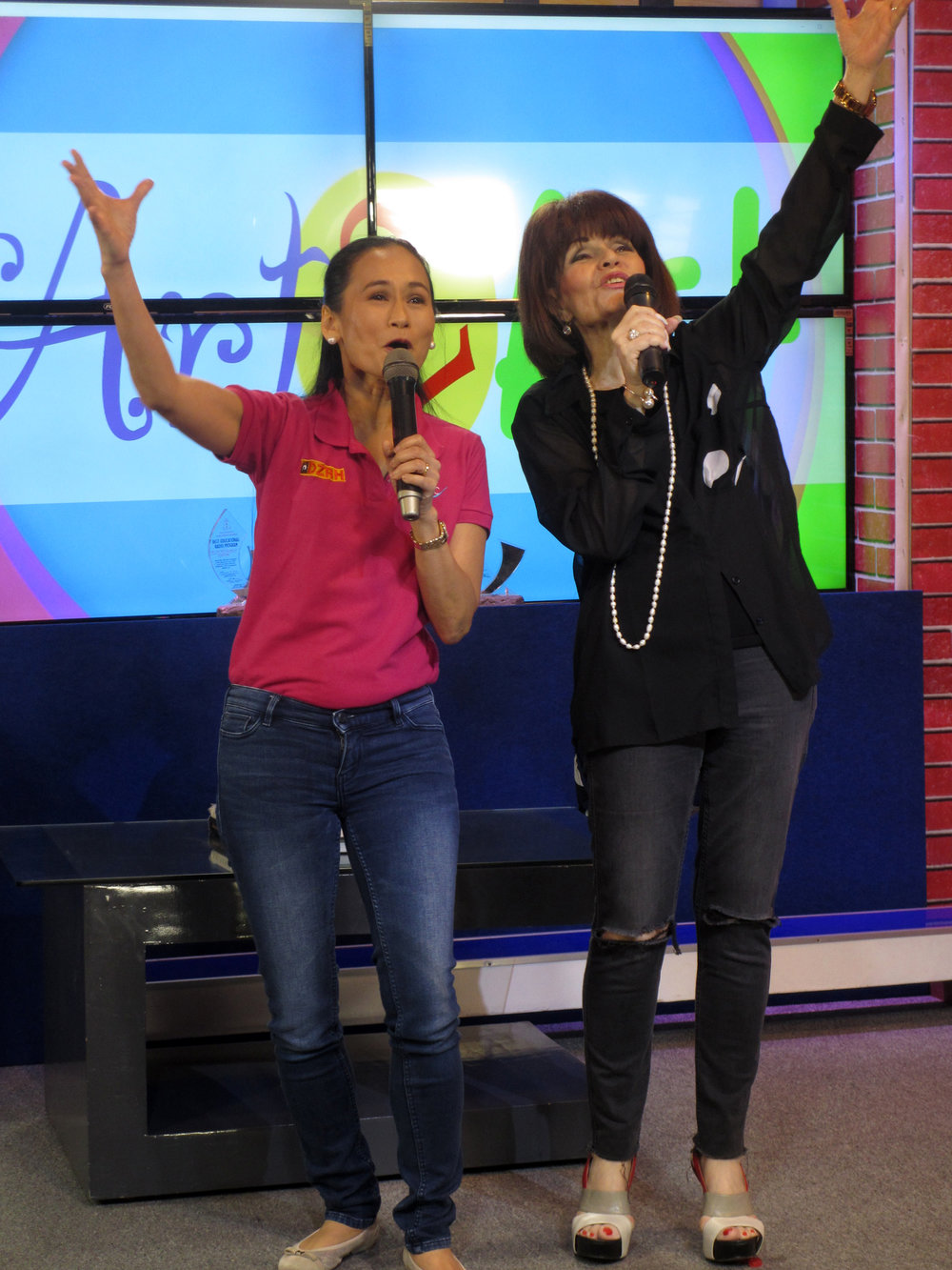 Asia's Queen of Songs Pilita Corrales invites Lisa to join her in a duet, and the latter gladly obliges.