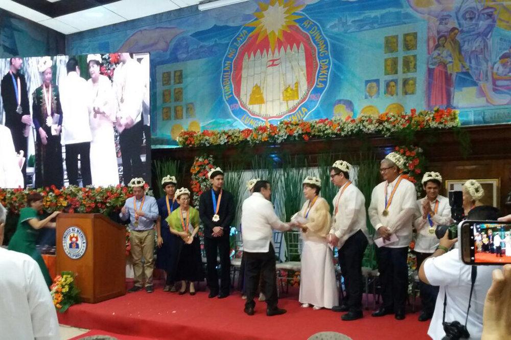 Manila Mayor Joseph Estrada presents the Patnubay ng Sining at Kalinangan Awards to the honorees.
