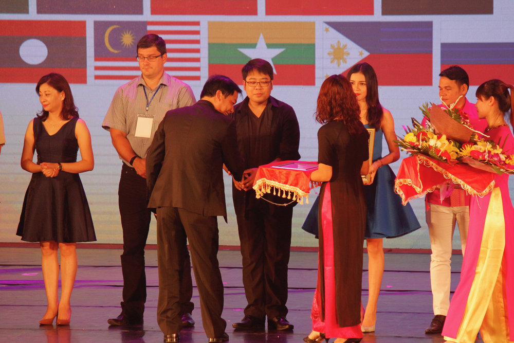 Ballet Manila ballet master and head of the Vietnam delegation Jonathan Janolo receives the silver plaque for the group's performance of    Muro-Ami    in the International Dance Festival 2017. Photo by Jimmy Villanueva