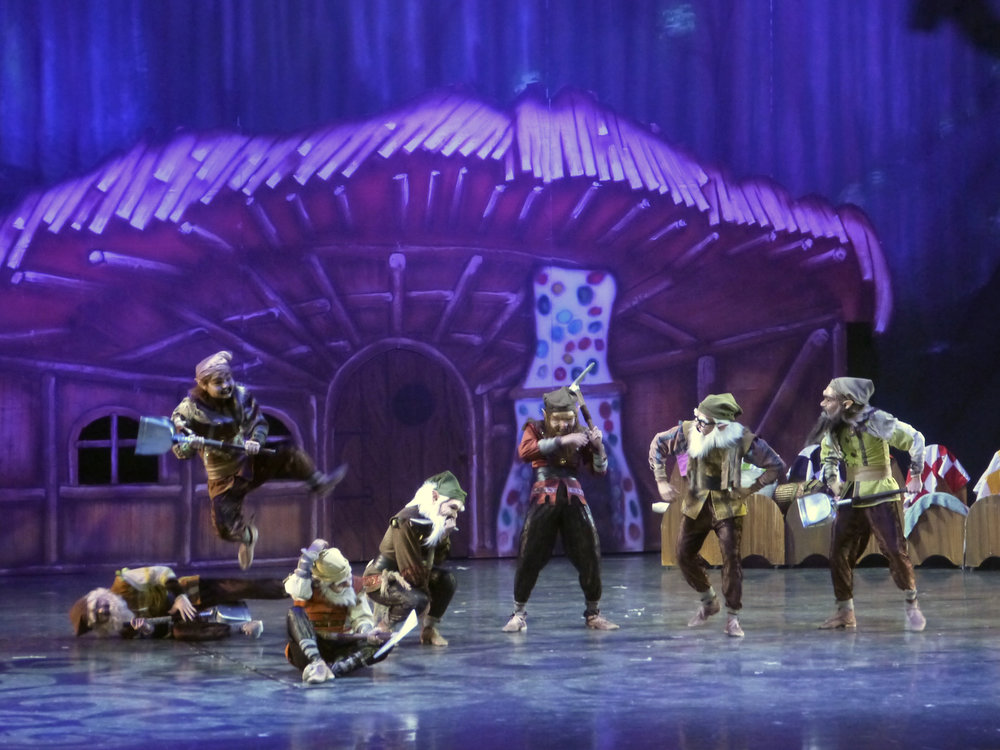 The seven dwarfs provide laugh-out-loud moments in    Snow White   .   Photo by Giselle P. Kasilag