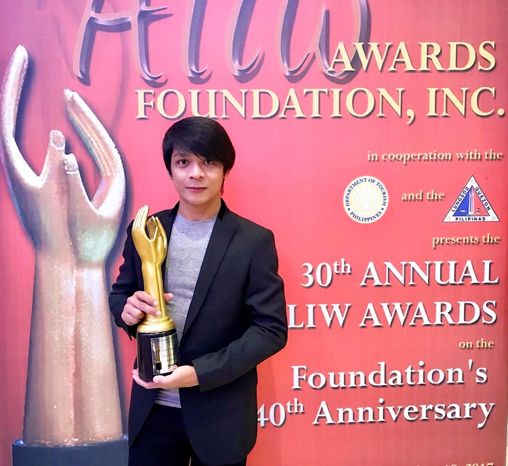 Gerardo Francisco shows off the Aliw Award that Ballet Manila received for Best Dance Production – for his choreography,    Ibong Adarna   .