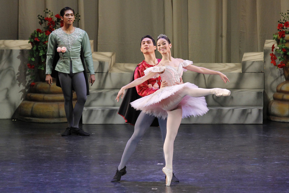 Partnering Dawna Mangahas (Sugarplum Fairy) in    The Swan, The Fairy and The Princess    in 2016. Photo by Kurt Alvarez