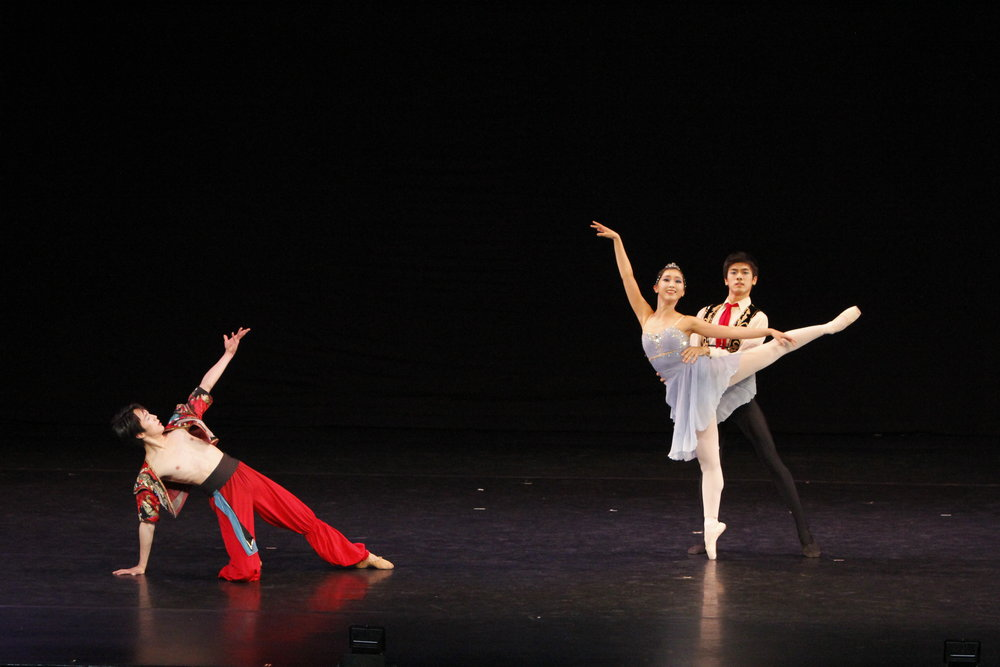 An Chaehyeon, Han Sanggu and Kim Donguk dance an excerpt from    Le Corsaire   . Photo by Ocs Alvarez