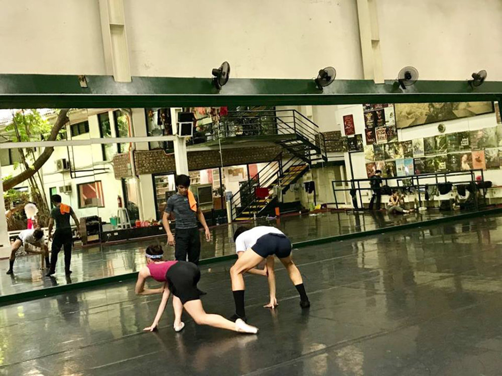 Gerardo Francisco rehearses    Fuga    with Nicole and Joshua, whom he believed were up to the challenge of executing his emotion-driven yet fast-paced choreography. Photo by Giselle P. Kasilag