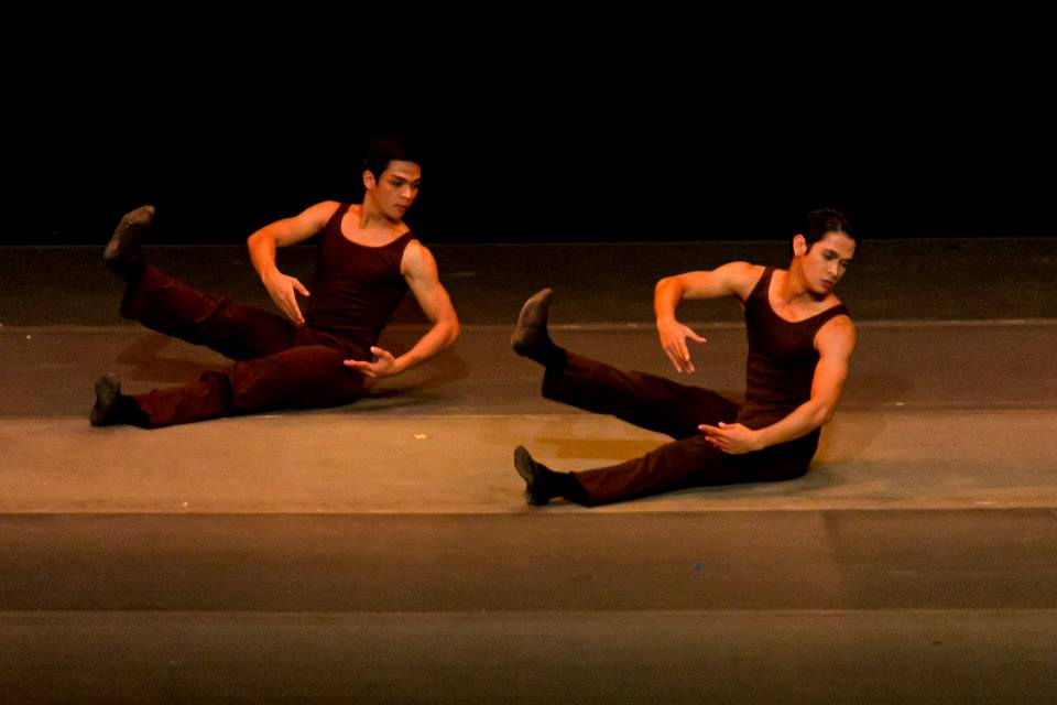 Sharp, thick, floating gestures and distorted positions characterize    Reve   . In photo are  Gerardo Francisco  and  Rudy De Dios .