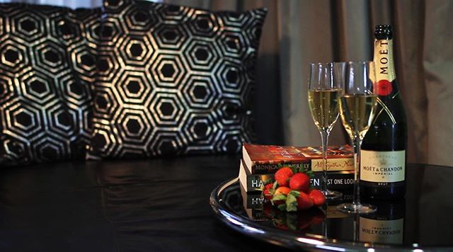 Need a little reading nook? We've got you covered! Snuggle up with a wine and your latest book 😍  #TheWhiteHouseEchuca #readinng #echuca #champagne #chocolate
