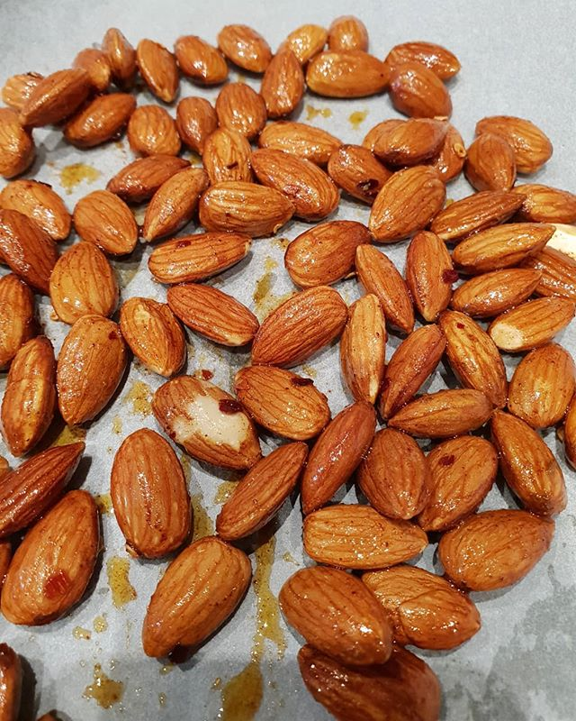 🌶🥜My plain almonds were boring me at work so I brought them home to roast in the oven with some cumin, paprika, chilli, olive oil and a sprinkle of salt. An easy alternative to store bought pre-salted nuts, which can contain high amounts of added salt. Australians are eating twice the recommended amount of salt, which increases your chances of heart disease and stroke! 🌶🥜