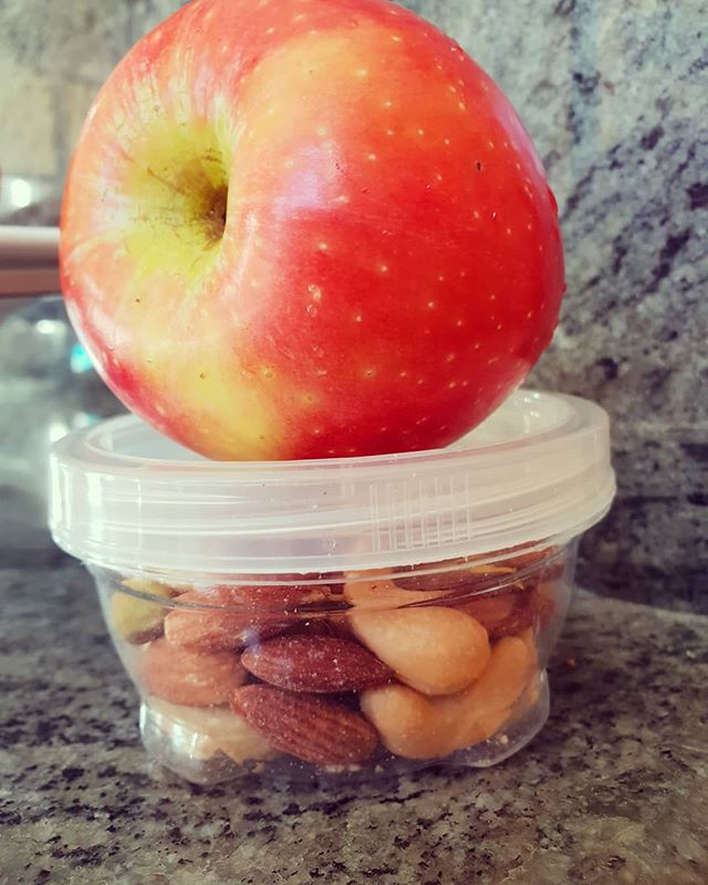 🍴🍓Snacks🍓🍴 Snacks are a great way to alleviate hunger between meals. Be careful not to overdo snack portions so they don't become 'meals' (from a calorie perspective).Some good snack examples - a piece of fruit and handful of nuts (pictured), tub of yoghurt, veggie sticks and dip, reduced fat cheese and wholegrain crackers.