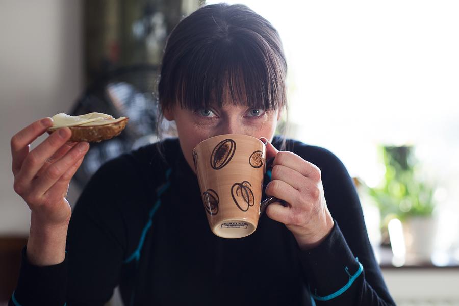 Catrine dricker kaffe
