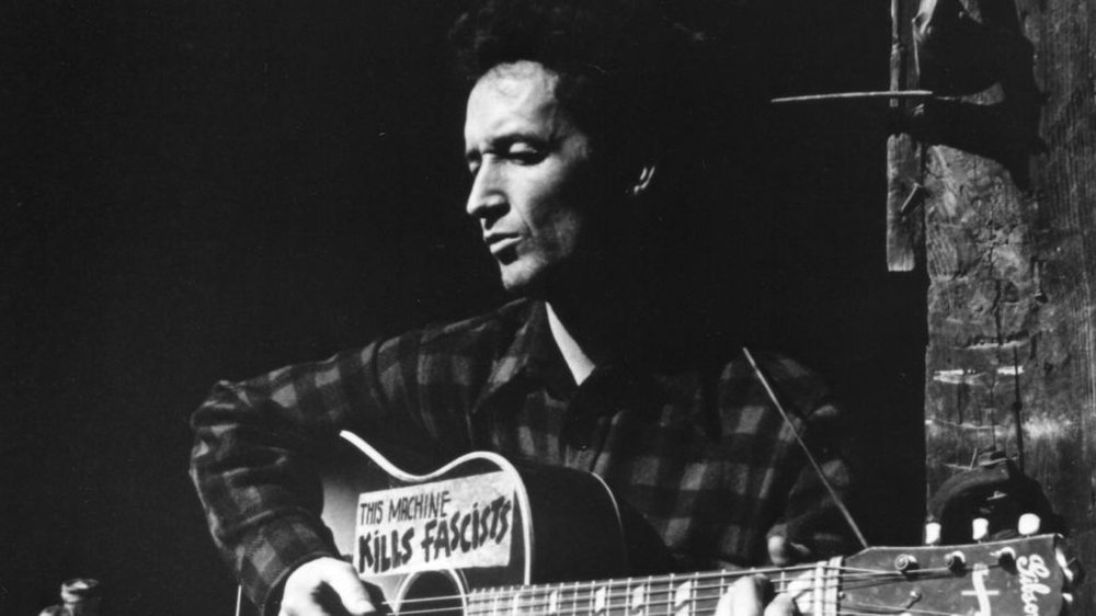 "Woody Guthrie med den legendariske lappen: "" This machine kills fascists ""."